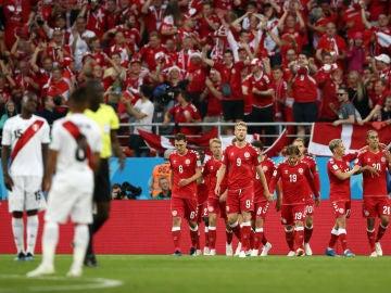 Dinamarca celebra un gol ante Perú