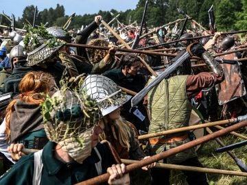 Fans de la novela 'El Hobbit' recreando la 'Batalla de los Cinco Ejércitos' en República Checa