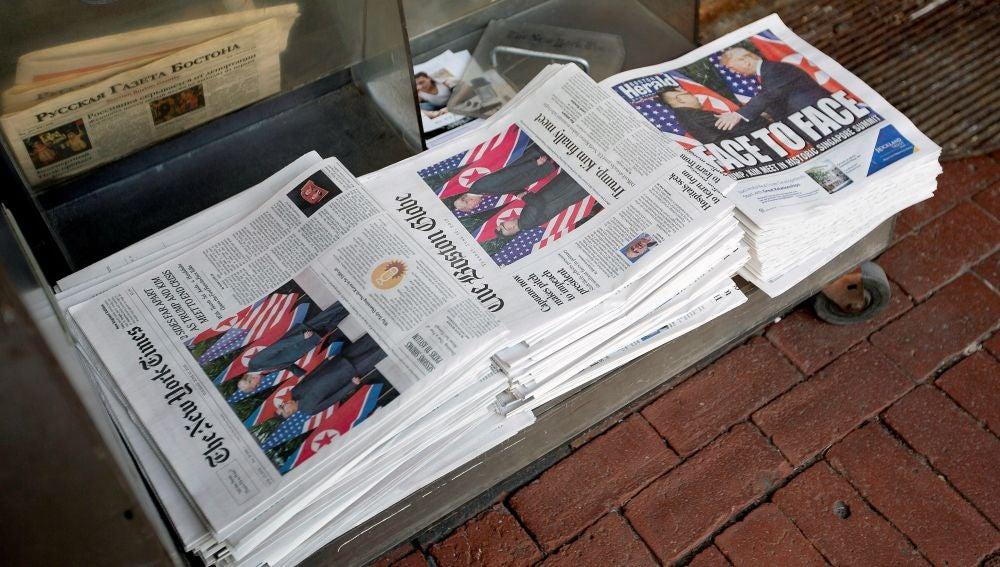 Varios periódicos muestran el encuentro histórico entre Donald Trum, y Kim Jong-un