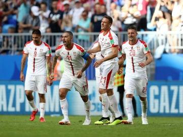 Serbia celebra un gol