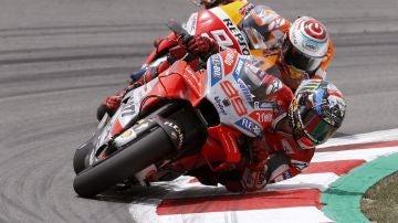 Jorge Lorenzo traza un curva por delante de Marc Márquez