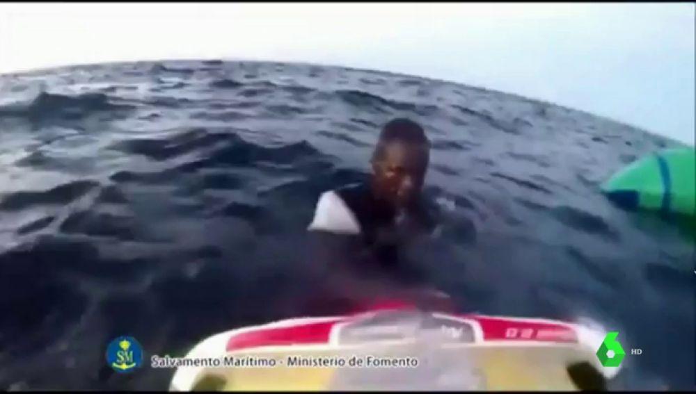 El agónico rescate de cuatro migrantes en el mar de Alborán