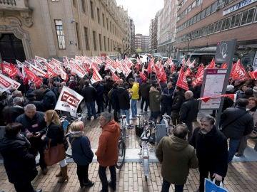 Trabajadores se concentran frente a las sedes de las patronales de Castilla y León, convocados por CCOO y UGT, para exigir que en la negociación colectiva se fijen unos salarios dignos
