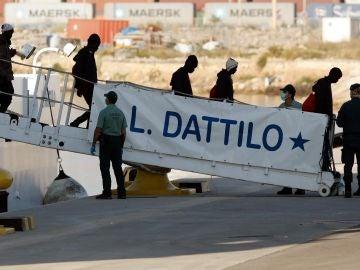 El desembarco del Dattilo, el primer buque de la flotilla que acompaña al Aquarius