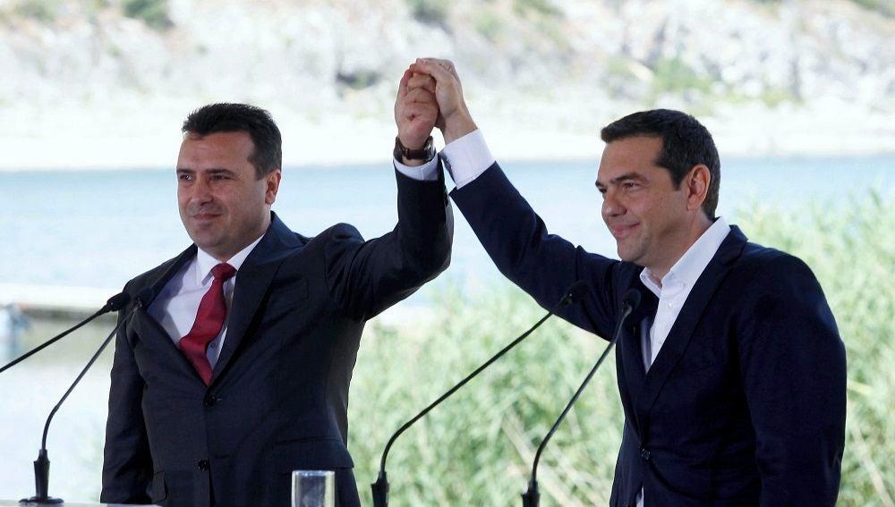 Los gobiernos de Atenas y Skopjeb firman un acuerdo para cambiar el nombre de Macedonia