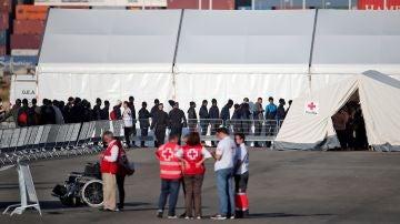 Inmigrantes esperan su turno para ser atendidos