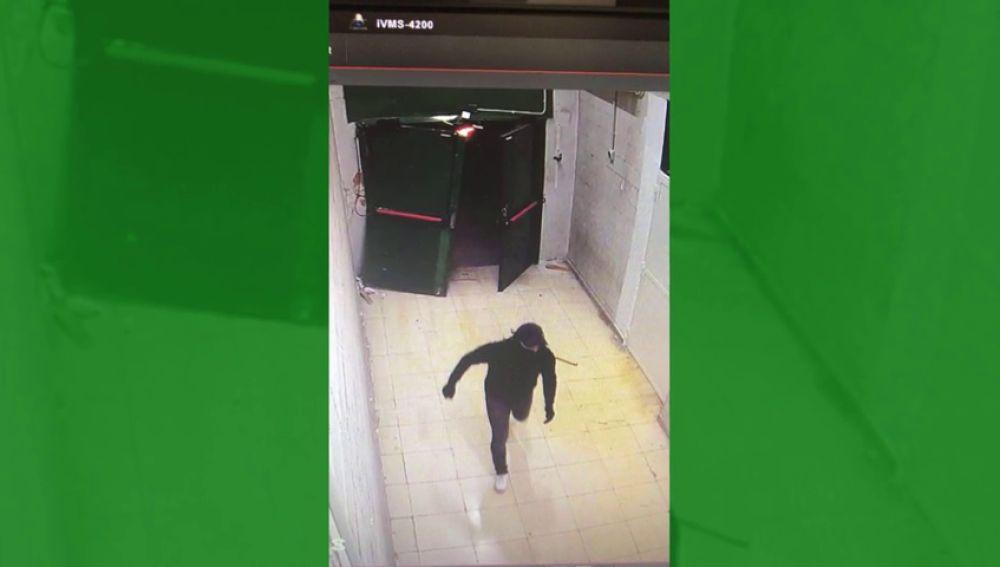 Impactante alunizaje en una tienda de telefonía en un centro comercial de Burgo