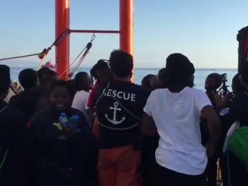 Sonrisas, cánticos y saludos de los migrantes de la flota del Aquarius al llegar al puerto de Valencia