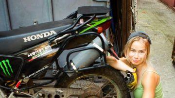 Vasilisa Komarova junto a su moto