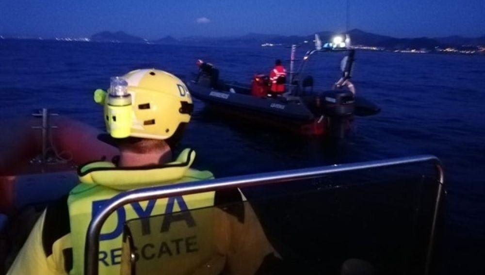 Momento en el que DYA Cantabria rastrea la zona para confirmar si en el barco solo había un tripulante, quien ha sido hallado sin vida