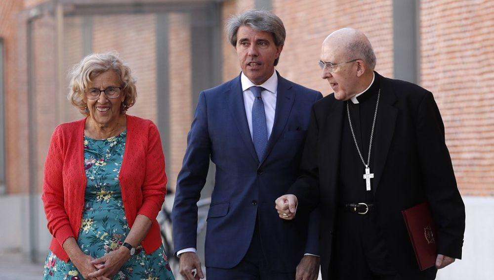 El presidente de la Comunidad de Madrid, Ángel Garrido, la alcaldesa de Madrid, Manuela Carmena y el arzobispo de Madrid, Carlos Osoro