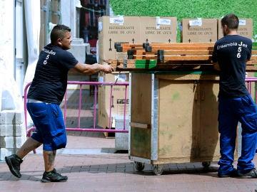 Imagen de archivo de dos jóvenes operarios trabajando en las calles de Valladolid