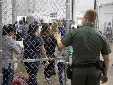 Vista del interior de un centro fronterizo en EEUU