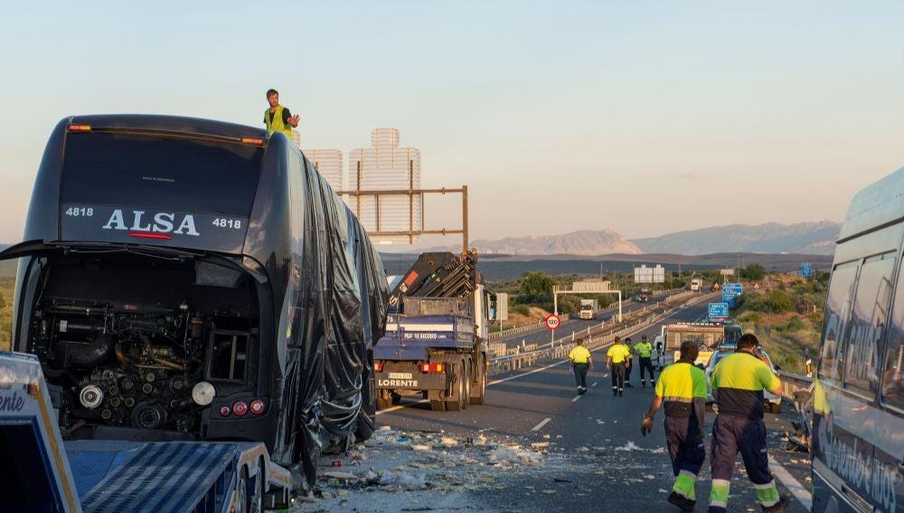 Imagen del autobús y el camión después del siniestro donde dos mujeres han muerto y cinco personas han resultado heridas en Bailén, Jaén.
