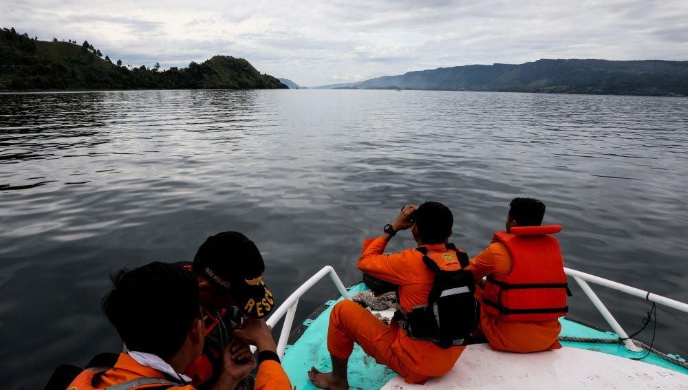 Efectivos de los servicios de rescate buscan víctimas tras el naufragio del barco KM Sinar Bangun, en el lago Toba, en Sumatra Norte (Indonesia)