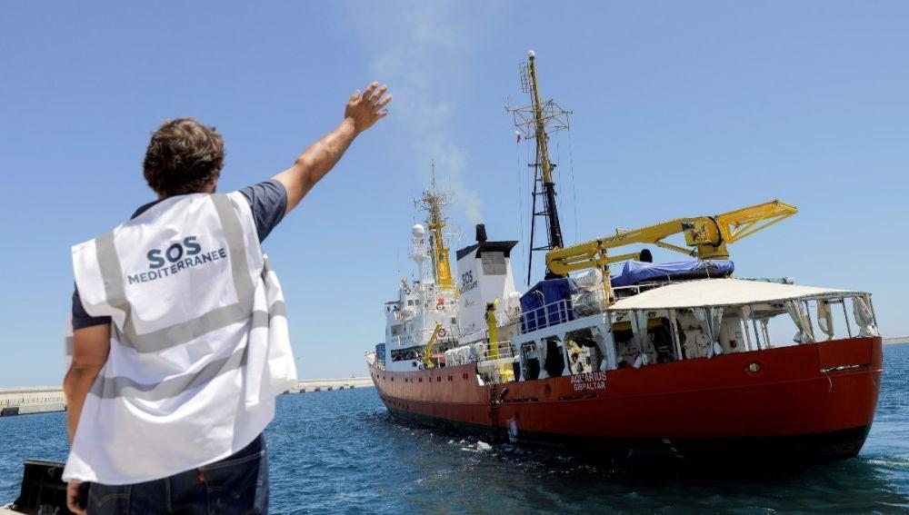 Un miembro de Médicos sin Fronteras despide al barco de rescate Aquarius