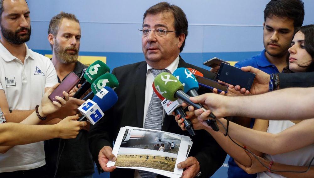 El presidente de la Junta de Extremadura, Guillermo Fernández Vara, atiende a los medios de comunicación tras el encuentro que ha mantenido con el ministro de Fomento.