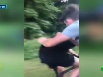 """El vídeo que indigna a la red: aterrador """"intento de asesinato"""" a un ciclista"""