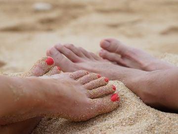 Caminar descalzo en la playa no solo implica posibles cortes y quemaduras, sino también infecciones
