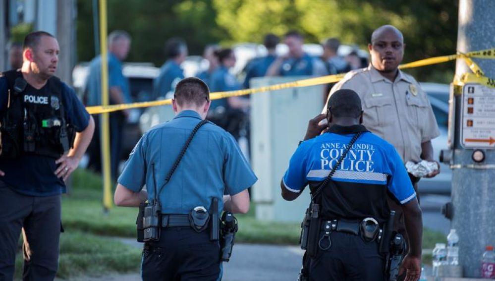 Autoridades y equipos de emergencia llegan a la escena de un tiroteo en Maryland