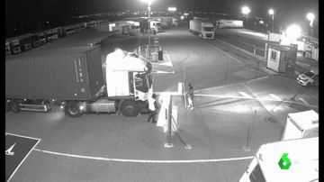 Miembros de una banda intentando robar un camión cargado.