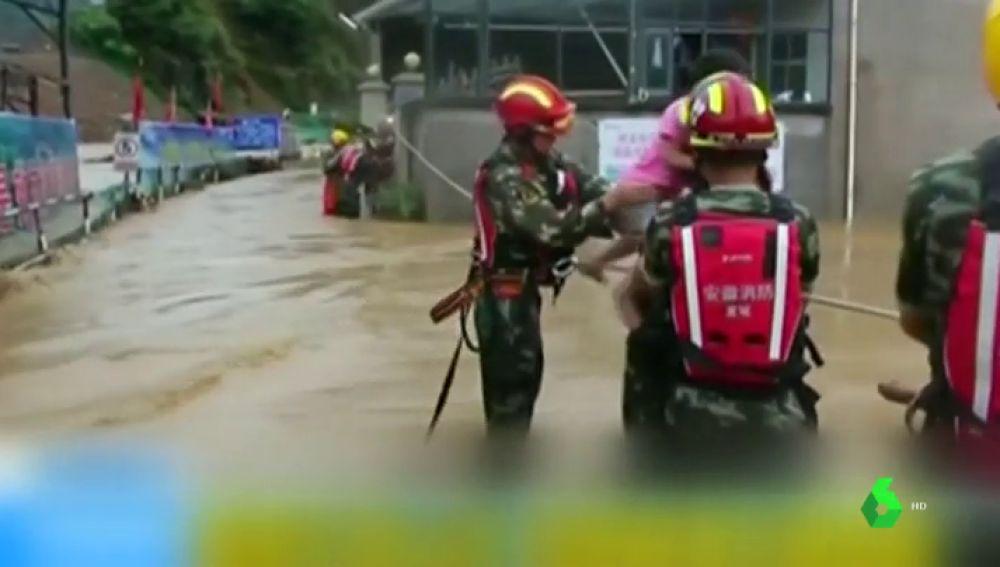 Bomberos ayudando en los rescates