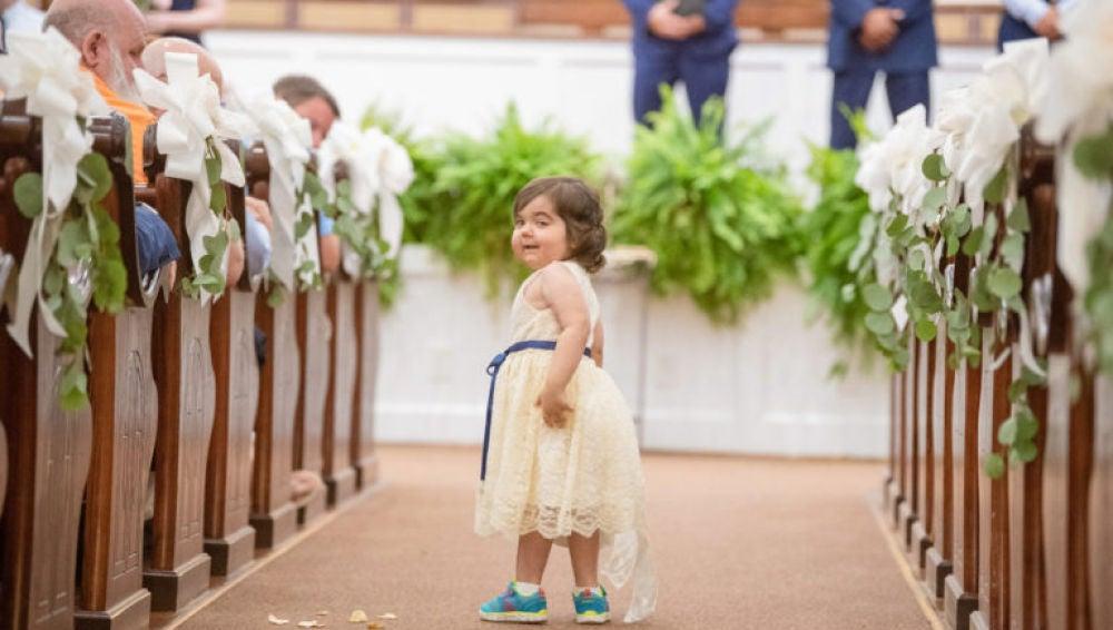 Skye recorre el pasillo hacia el altar