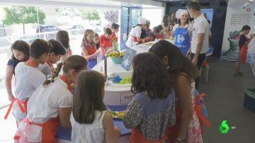 Niños aprendiendo con comida en la caravana