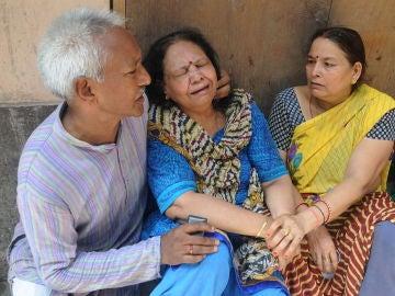 Familiares desolados de las víctimas encontradas ahorcadas en la India