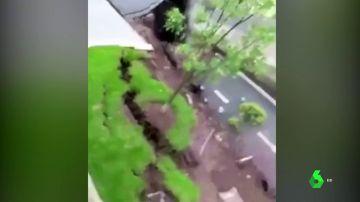 La tierra engulle una carretera en china y creen que podría deberse a las intensas lluvias