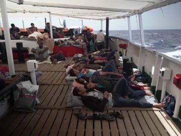 El barco de Open Arms viaja rumbo al litoral catalán con 60 migrantes rescatados a bordo