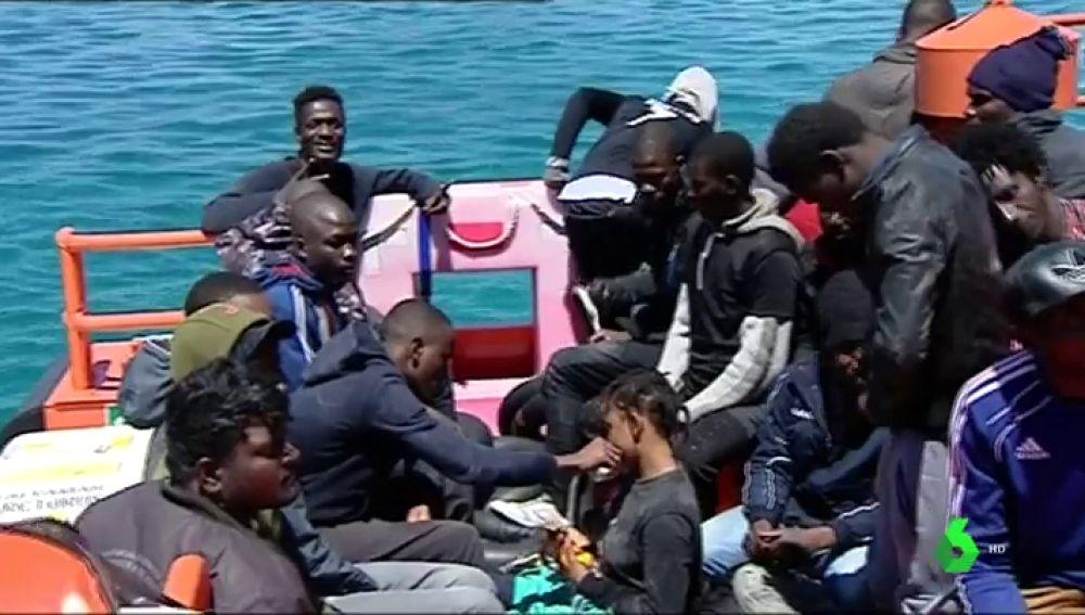 Salvamento Marítimo rescata a 160 migrantes que navegaban en cinco pateras en aguas del Estrecho