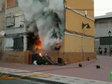 Imagen de la vivienda que se ha incendiado en Málaga y ha dejado diez heridos