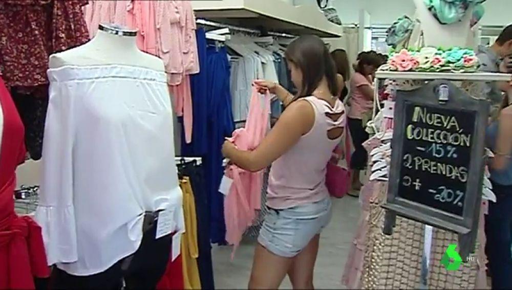Carteles engañosos, descuentos fantasmas... estos son los trucos de las tiendas para atraer al consumidor en rebajas