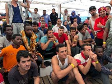 La embarcación de rescate Open Arms en la que viajan los 60 migrantes