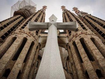 Cruz instalada en la Sagrada Familia de Barcelona