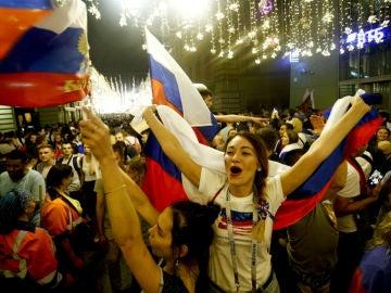 La afición rusa celebra la victoria ante España