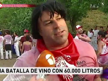 Un hombre en la batalla de vino de La Rioja