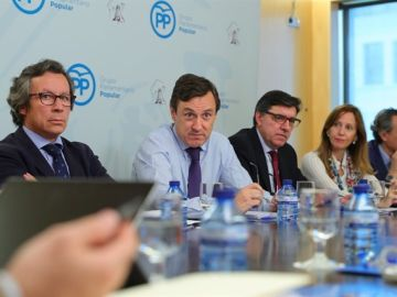 Rafael Hernando junto a otros miembros del PP