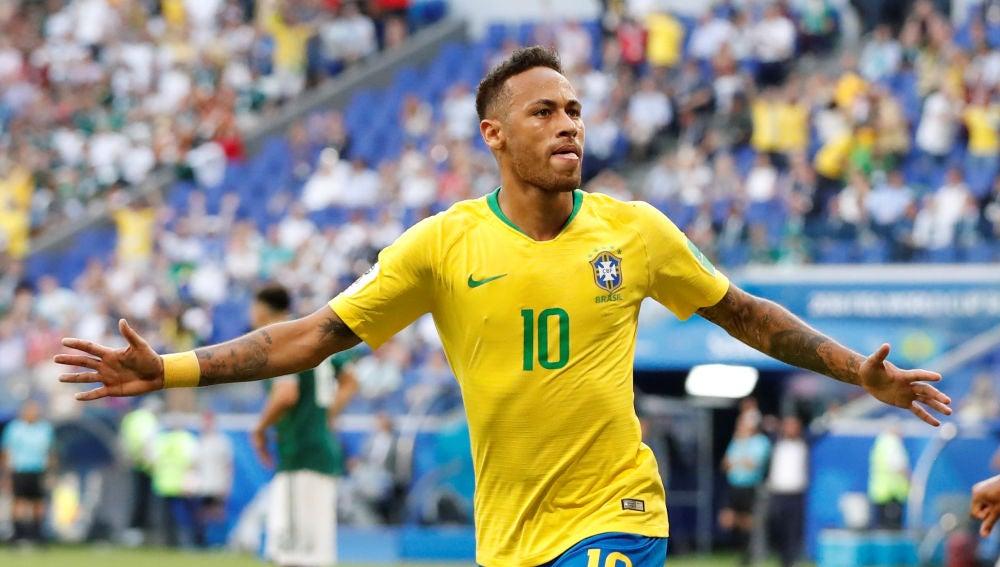 Neymar celebra su gol con la selección brasileña