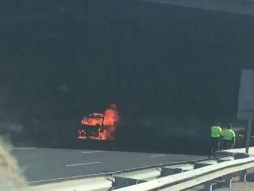 Espectacular accidente en la M-40: un coche ardiendo provoca grandes atascos en el acceso a Madrid
