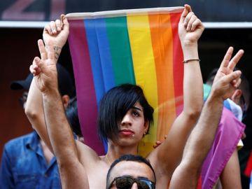 Manifestantes celebran el Orgullo en Estambul
