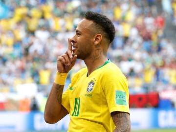 Neymar manda callar a los aficionados tras marcar un gol