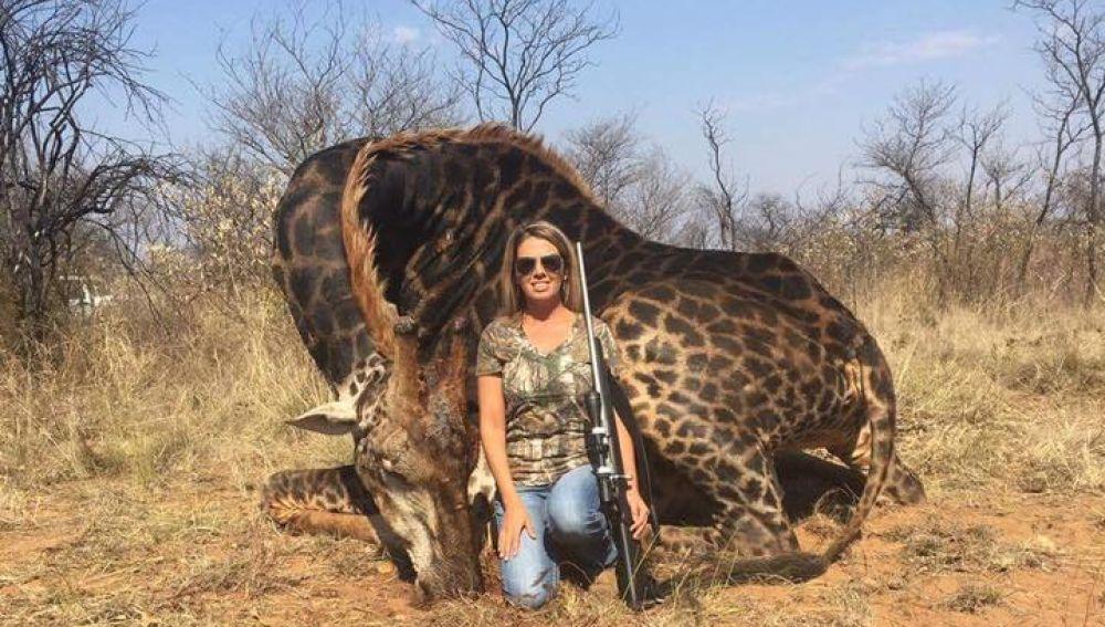 Tess Thompson Talley posa junto a un jirafa muerta