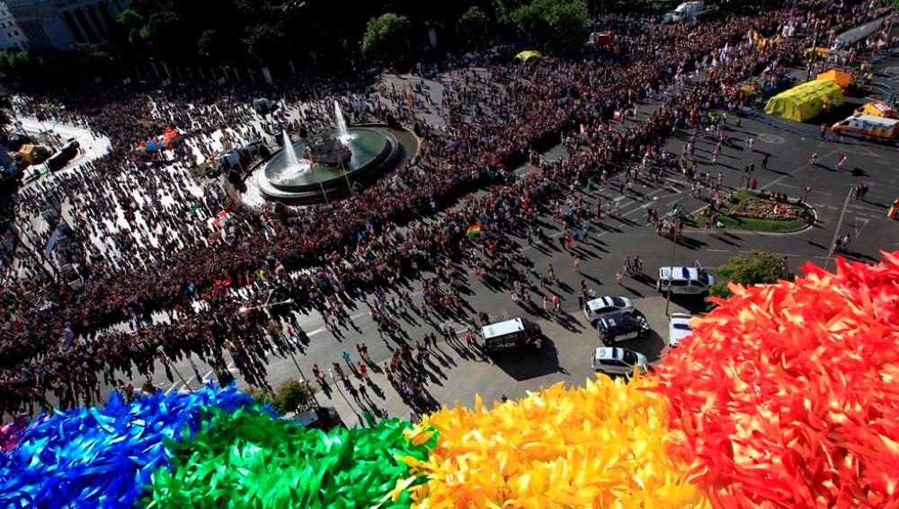 Vista desde el Palacio Cibeles de Madrid de la manifestación del Orgullo