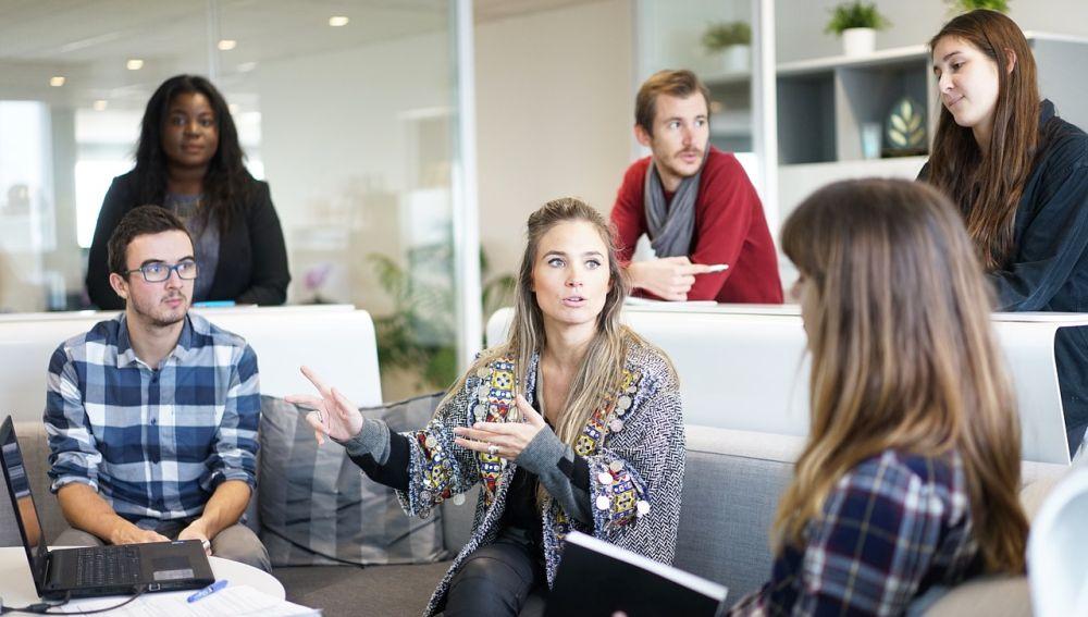 hombres y mujeres en el trabajo