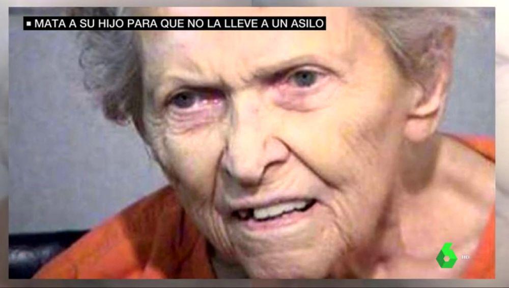 Una anciana siendo juzgada por matar a su hijo
