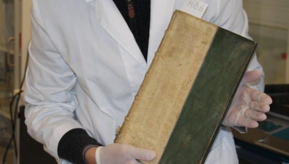 Descubren libros envenenados con arsénico