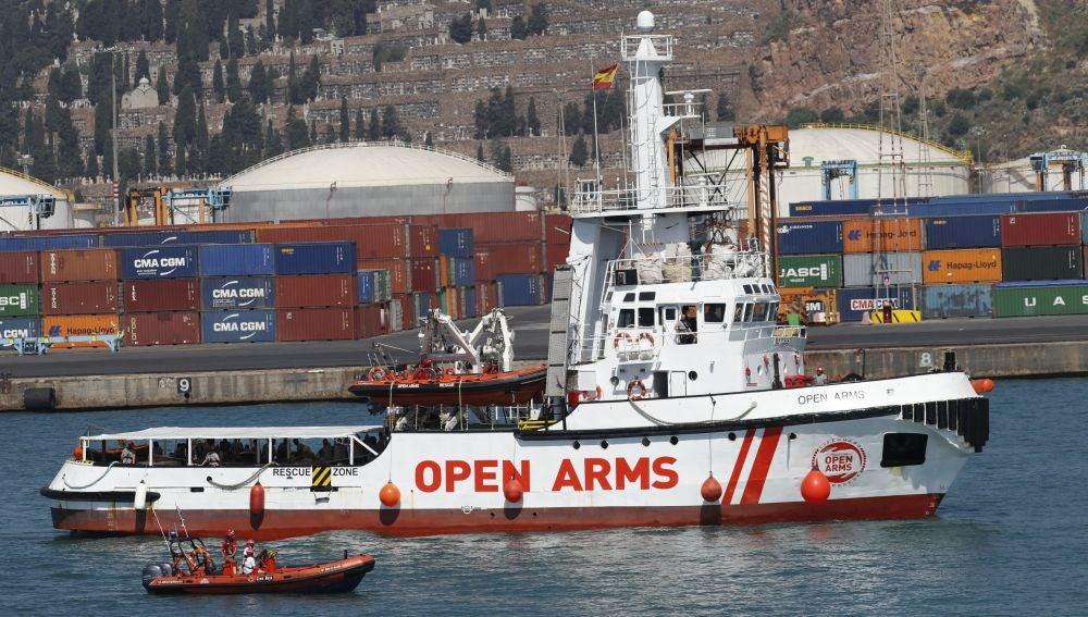 El barco Open Arms llega al puerto de Barcelona