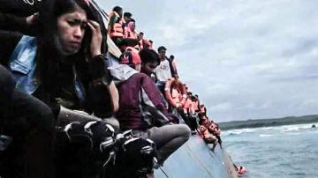 Momento del rescate de decenas de personas tras el naufragio de un ferry frente a la isla de Célebes